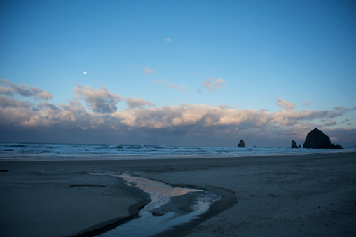 Cannon Beach「Moon on Haystack」:スマホ壁紙(9)