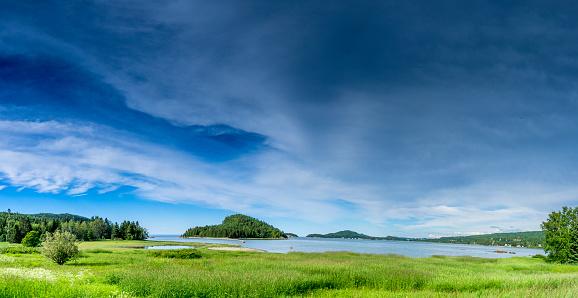 cloud「美しい自然とバーズ ケベック Bas Saint-Laurent (低セントローレンス) 地域のネットワークの一部であるパルク国立デュ ビックカメラでセント ・ ローレンス川のビュー。」:スマホ壁紙(18)