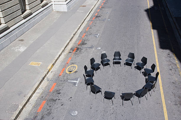 Circle of office chairs in roadway:スマホ壁紙(壁紙.com)