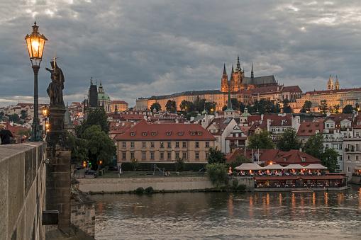 Hradcany「Czechia, Prague, Prague Castle from Charles Bridge at dusk」:スマホ壁紙(4)