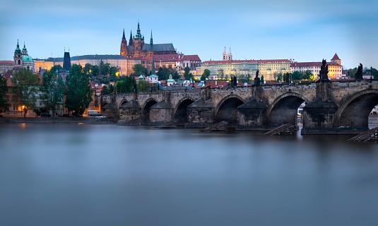 Hradcany Castle「Czechia, Prague, Charles Bridge and Prague Castle in the evening」:スマホ壁紙(17)