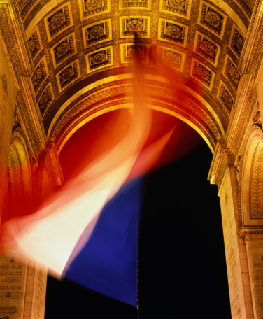 Arc de Triomphe - Paris「France, Ile-de-France, Paris, Arc de Triomphe, French flag (blurred)」:スマホ壁紙(10)