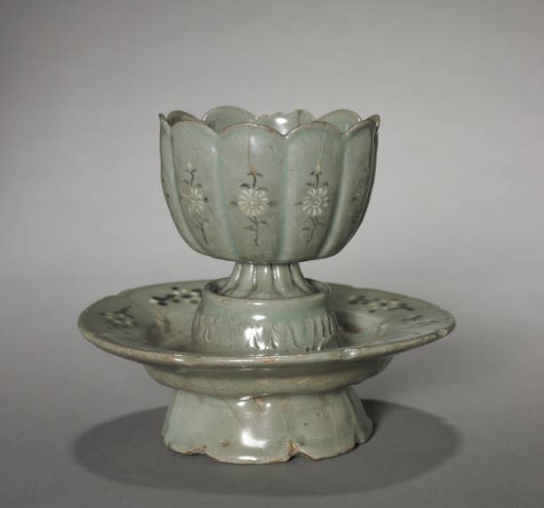 Floral-Shaped Cup And Saucer With Inlaid Chrysanthemum Design:ニュース(壁紙.com)