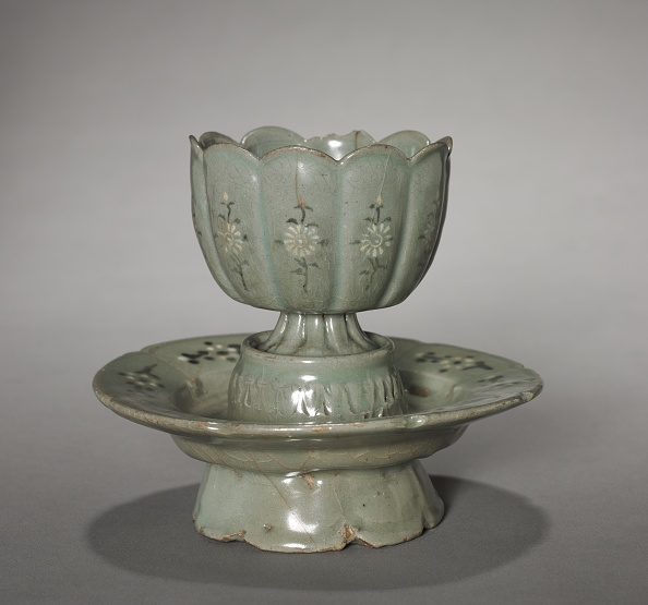 Saucer「Floral-Shaped Cup And Saucer With Inlaid Chrysanthemum Design」:写真・画像(17)[壁紙.com]