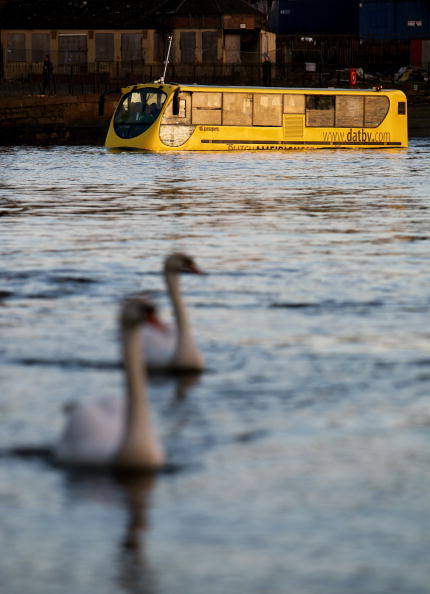 Bus「Amphibious Bus Is Taken For Its Second Test Drive In River Clyde」:写真・画像(1)[壁紙.com]