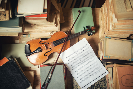 Violin「Vintage library still life with violin」:スマホ壁紙(10)