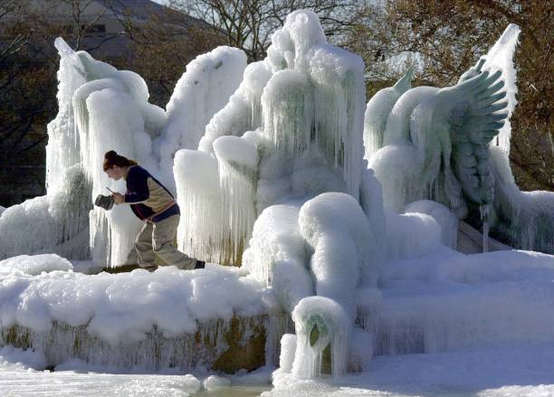 Jonathan Culp Of Philadelphia Climbs Through The Iced Over Fountain Sculptures At Logan:ニュース(壁紙.com)