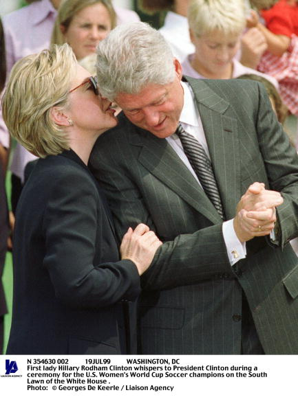 Women's Soccer「First Lady Hillary Rodham Clinton Whispers To President Clinton」:写真・画像(5)[壁紙.com]