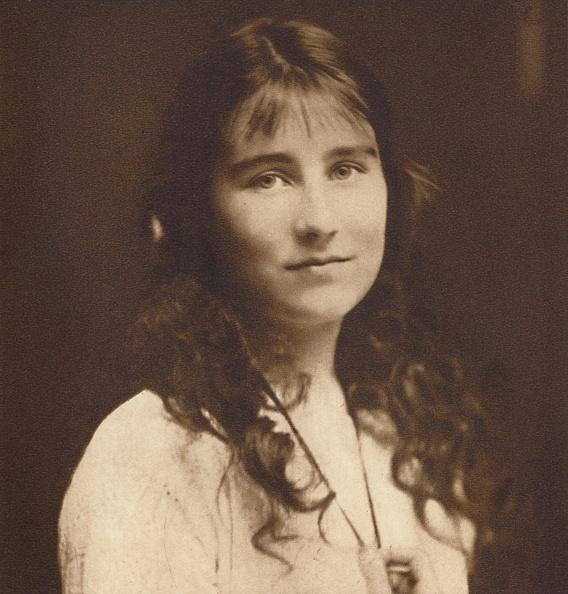 カメラ目線「Lady Elizabeth Bowes-Lyon As A Young Girl」:写真・画像(16)[壁紙.com]