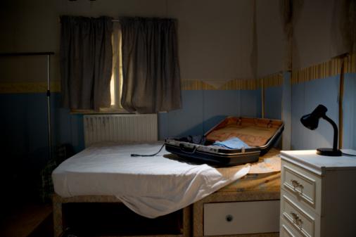 Motel「Open suitcase on bed」:スマホ壁紙(2)