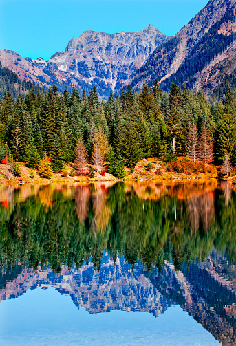 ウェナチー国有林「Mount Chikamin reflecting in lake, Wenatchee National Forest, Washington State, USA」:スマホ壁紙(12)
