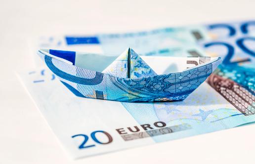 Paper Craft「Euro paper boat standing on bills」:スマホ壁紙(0)
