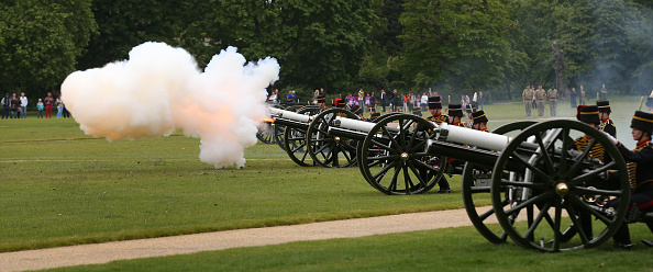 全景「A 41 Gun Salute Marks The Anniversary Of The Queen's Coronation」:写真・画像(15)[壁紙.com]