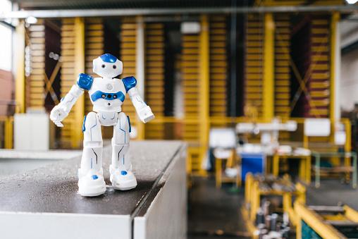 Conformity「Toy robot standing on shelf in logistics center」:スマホ壁紙(4)