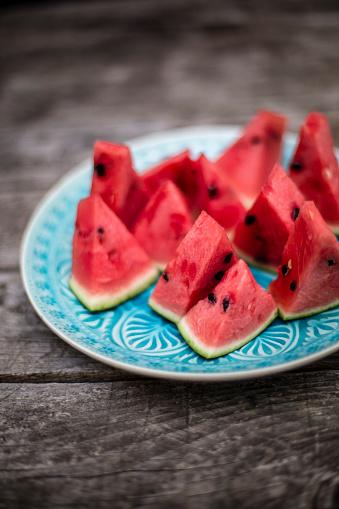 スイカ「Chopped watermelon on blue plate」:スマホ壁紙(11)