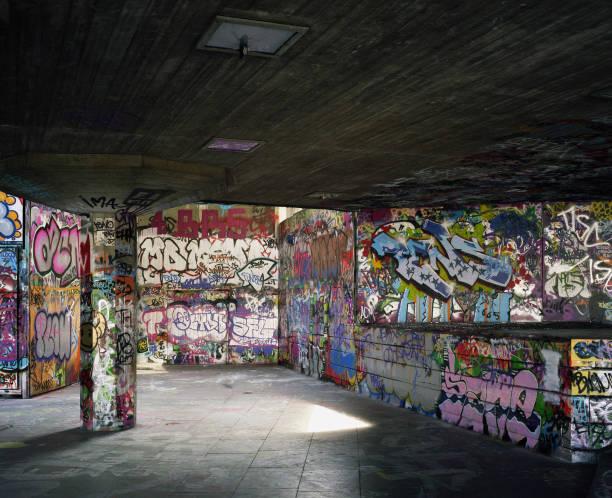 Graffiti on walls in skate and bmx park, Southbank, London, UK:ニュース(壁紙.com)
