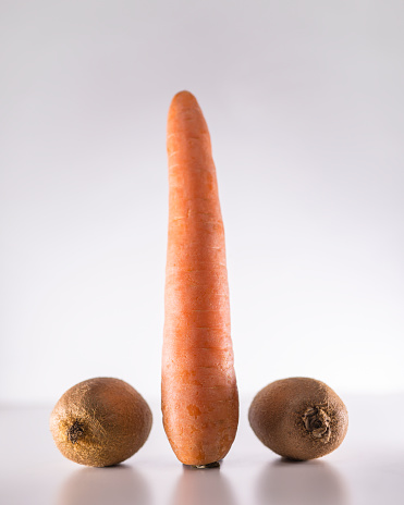 Kiwi「A carrot inbetween two kiwi fruits」:スマホ壁紙(1)