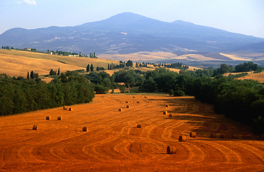 Monte Amiata「Hay field with Monte Amiata behind, near Pienza., Tuscany, Italy, Europe」:スマホ壁紙(19)