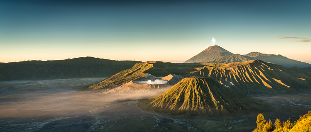 Erupting「Sunrise at the Bromo volcano mountain in Indonesia」:スマホ壁紙(19)