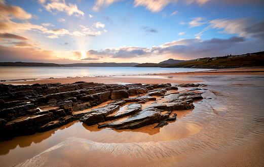 島「タルミンビーチの日の出, スコットランド, 北海岸 500」:スマホ壁紙(15)