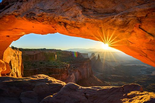 アーチ型の岩「夜明けのメサアーチ」:スマホ壁紙(16)