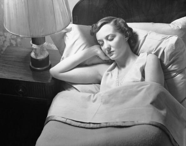 熱さ「Woman sleeping in bed」:写真・画像(8)[壁紙.com]