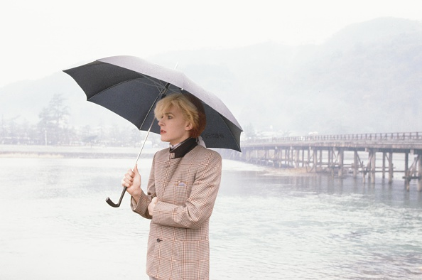 デヴィッド シルヴィアン「David Sylvian Japan Standing With Umbrella At The Riverside In Rainy Arashiyama Kyoto」:写真・画像(0)[壁紙.com]