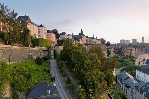 Fortified Wall「Luxembourg, Luxembourg City, View from Corniche to the city district Grund, old town district and Kirchberg in the background right, morning light」:スマホ壁紙(18)
