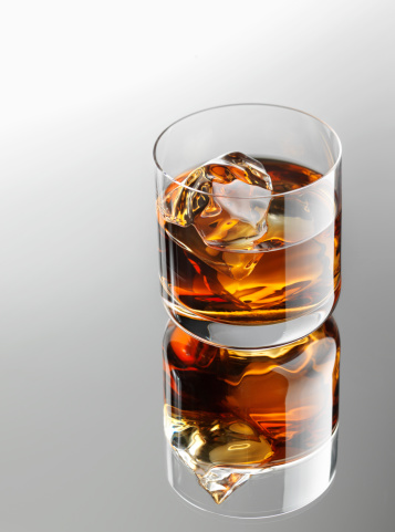Drinking「Whiskey over ice cubes」:スマホ壁紙(4)