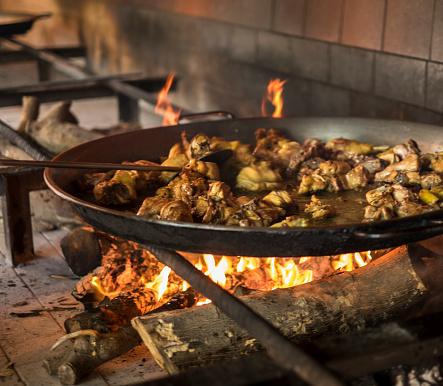Paella「Spain, Valencia, Paella on open fire stove」:スマホ壁紙(13)