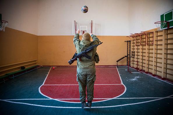 Basketball - Sport「Ukrainian Soldiers Take A Break From The Frontline Near Mariupol」:写真・画像(5)[壁紙.com]