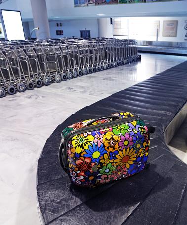 Carousel「Suitcase on airport conveyor belt」:スマホ壁紙(16)