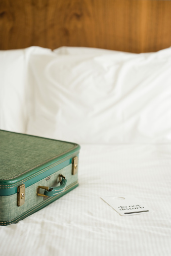 Arrival「Suitcase on hotel bed」:スマホ壁紙(12)