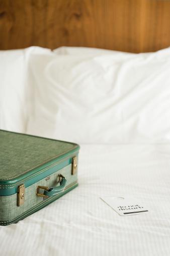 Duvet「Suitcase on hotel bed」:スマホ壁紙(11)