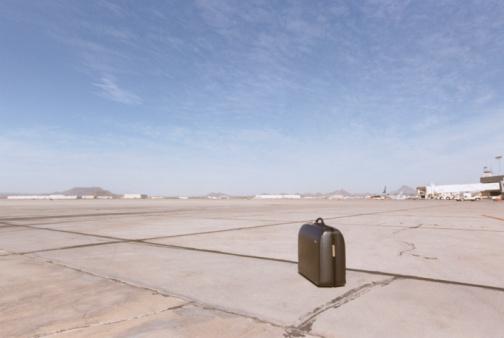 Lost「Suitcase on Airport Runway」:スマホ壁紙(12)