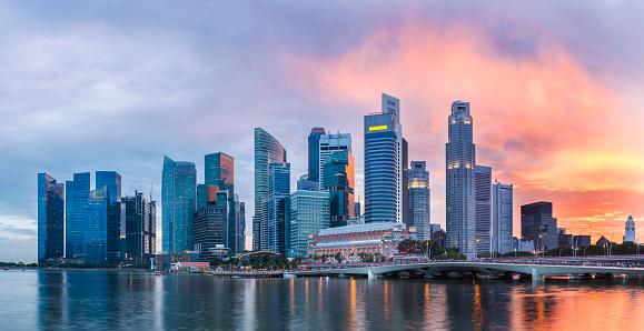 Urban Skyline「Singapore Skyline at Marina Bay at Twilight with glowing sunset illuminating the clouds」:スマホ壁紙(2)