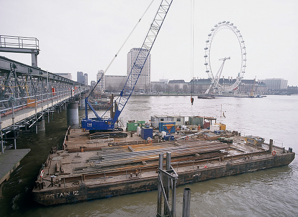 2002「Barges during construction of new Hungerford footbridge London, United Kingdom」:写真・画像(18)[壁紙.com]