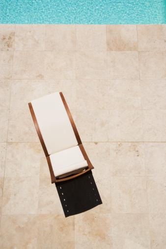 トウヒ「プールサイドのラウンジチェアから空の高角度のビュー」:スマホ壁紙(5)