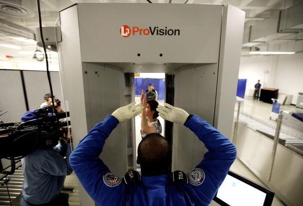 Security Check「TSA Demonstrates New Imaging Technology At Reagan National Airport」:写真・画像(6)[壁紙.com]