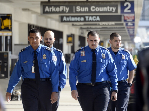LAX Airport「Travelers Use Los Angeles International Airport Day After Shooting Killed One TSA Agent」:写真・画像(9)[壁紙.com]