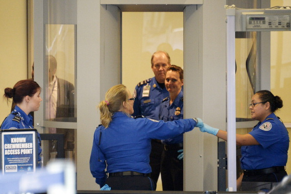 LAX Airport「Travelers Use Los Angeles International Airport Day After Shooting Killed One TSA Agent」:写真・画像(4)[壁紙.com]