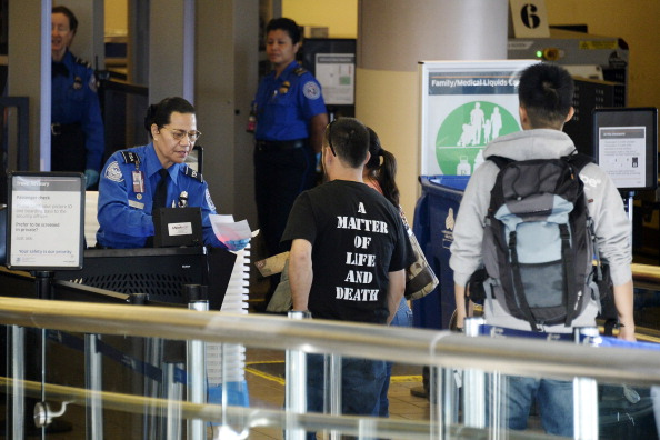 LAX Airport「Travelers Use Los Angeles International Airport Day After Shooting Killed One TSA Agent」:写真・画像(15)[壁紙.com]