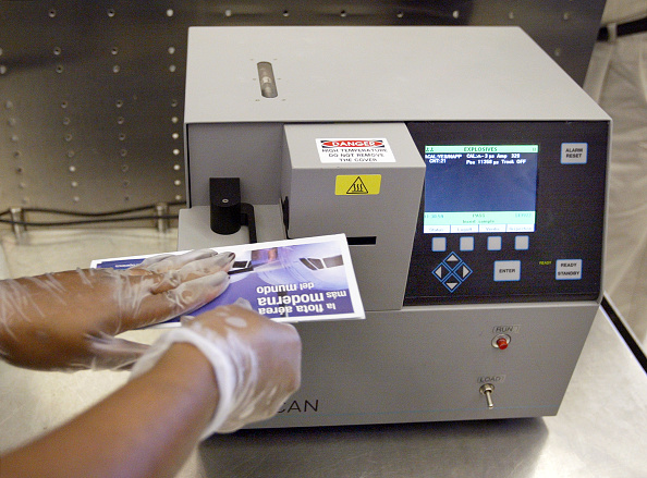 Examining「TSA Rolls Out Explosives Trace Detection Technology At O'Hare Airport」:写真・画像(10)[壁紙.com]