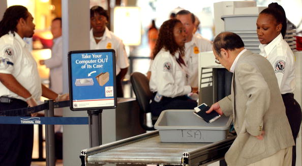 税関「TSA Officials Show Off Weapons Seized By Screeners At JFK Airport In NY」:写真・画像(16)[壁紙.com]