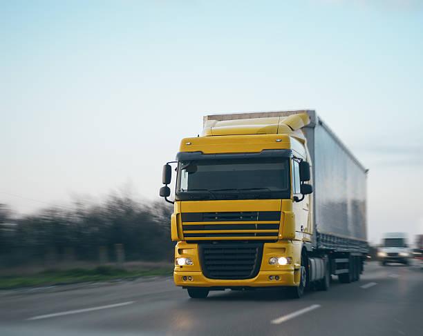Transportation truck driving with speed:スマホ壁紙(壁紙.com)