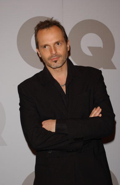 Black Jacket「Miguel Bose Attends GQ Magazine Men of Year 2002 Awards In Spain」:写真・画像(16)[壁紙.com]