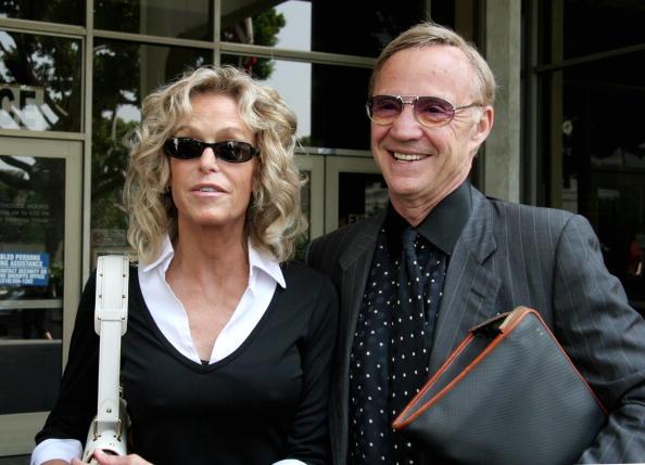 Two People「Farah Fawcett doing jury duty at Beverly Hills, CA」:写真・画像(15)[壁紙.com]