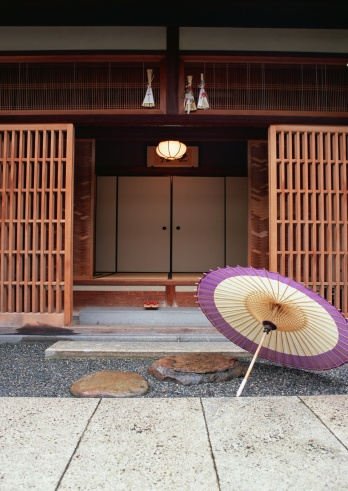 Kyoto City「Oilpaper umbrella and front door」:スマホ壁紙(12)