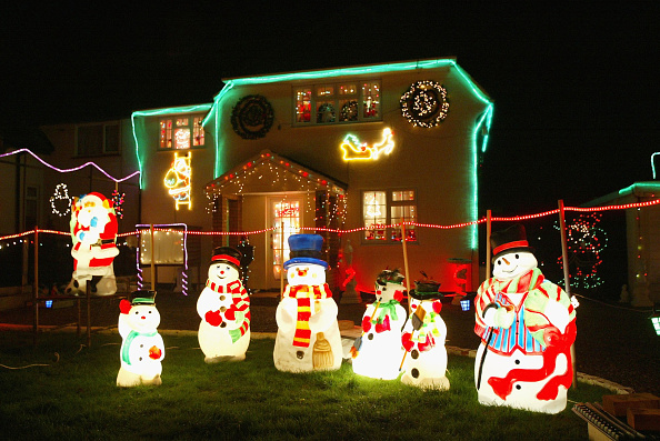 Illuminated「Homeowners Celebrate Christmas With Wonderland Displays」:写真・画像(7)[壁紙.com]