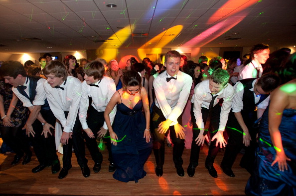 High School「Students Participate In Their School's Final Year Prom Dance」:写真・画像(18)[壁紙.com]
